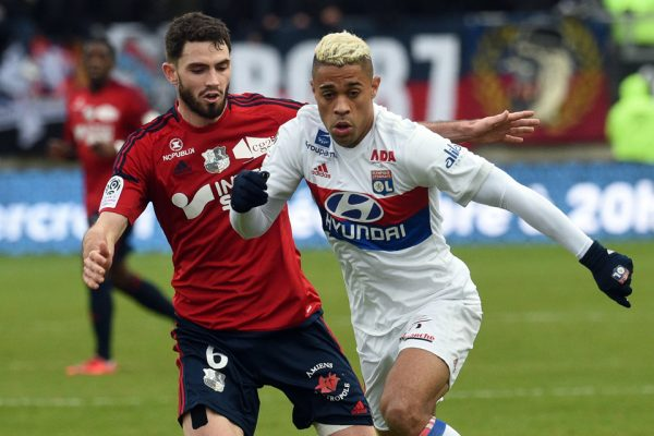 Amiens' French forward Brighton Lebeau (L) vies with Lyon's  forward Houssem Aouar  during  the French L1 football match between Amiens and Lyon on December 10, 2017 at the Licorne stadium in Amiens.   / AFP PHOTO / FRANCOIS LO PRESTI